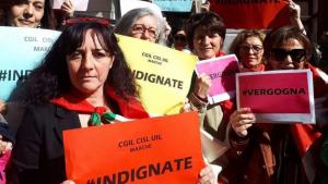 Decenas de mujeres se manifestaron ante el Tribunal de Ancona