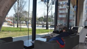 Diversos usuaris llegeixen la premsa a l'interior de les instal·lacions de la Biblioteca Mestra Maria Antònia de Torredembarra.