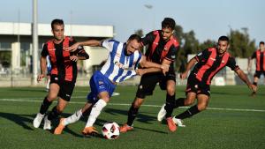 Dos jugadors del CF Reus pressionen un del Figueres per recuperar la pilota