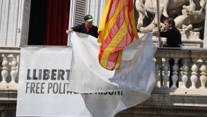 Dos treballadors de la Generalitat han estat els encarregats de retirar les pancartes dels balcons del Palau