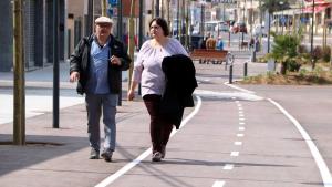 Dos vianants passejant per de la nova l'avinguda de Barcelona del municipi Miami Platja