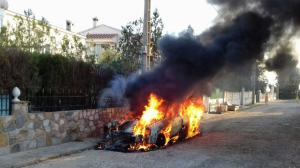 Dues dotacions dels Bombers de la Generalitat s'han desplaçat fins a Alcanar per apagar les flames