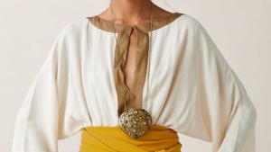 El bolso-collar de Zara es una cajita metálica decorada con piedras