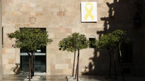 El llaç groc que ha motivat una denúncia de Ciutadans es trobava a la façana del pati dels Tarongers