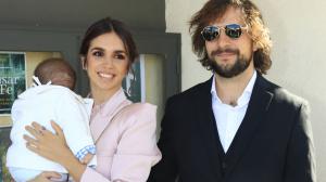 Elena Furiase y Gonzalo Sierra junto al pequeño Noah el día del bautizo