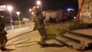Els Bombers han tornat a treballar durant la nit en l'incendi de l'Edifici Dignitat de Vilafortuny