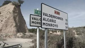 Els dos cartells amb el del govern d'Aragó davant del que existia a la T-333 a Arnes.