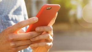 Persona amb un mòbil a la má