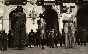 Els Gegants de la Ciutat de Valls, amb el Lladrefaves al mig, l'any 1931