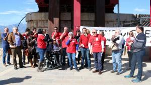 Els manifestants que han participat en la xiulada per reclamar més inversions en la xarxa ferroviària a Tortosa
