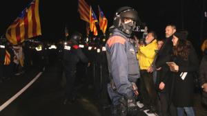 Els Mossos d'Esquadra davant les persones concentrades davant la presó de Mas d'Enric