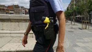 Els Mossos han redu¨t l'home utilitzant una pistola 'Taser' per evitar que es seguis autolesionant