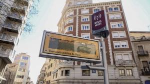 Els panells informatius dels autobusos municipals avisen del temps que falta perquè arribi l'autobús