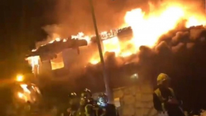 Espectacular imagen del incendio de un chalet en Madrid