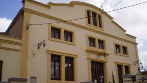 Exterior del local social de Rodonyà on s'han realitzat part de les obres.