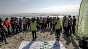 Greenpeace retira les boles de plàstic de la platja de La Pineda