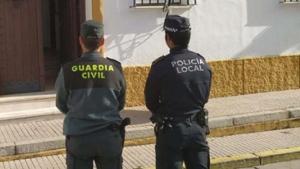 Imagen de un agente de la Guardia Civil y otro de la Policía Local