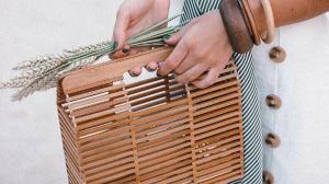 Imagen de uno de los modelos de bolsos Primark de madera