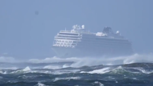 Imagen del crucero durante la avería de sus motores, en grave peligro de colisionar contra las rocas de la costa