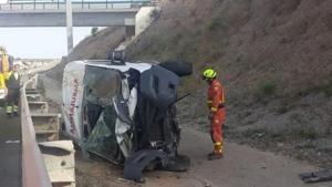 Imatge de com ha quedat l'ambulància després de bolcar