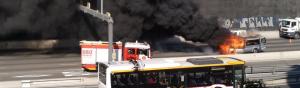 Imatge de la furgoneta que s'ha incendiat a l'entrada de Barcelona