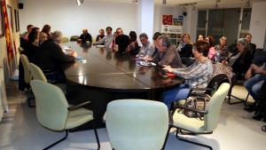 Imatge de la reunió dels alcaldes de la Ribera d'Ebre i altres entitats contràries a l'abocador de Riba-roja d'Ebre