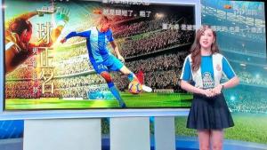 Imatge de la televisió on han optat per presentar els esports amb la samarreta de l'Espanyol