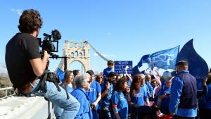 Imatge del càmera i dels participants en el rodatge del videoclip 'La força de l'Ebre', de Pepet i Marieta i la PDE