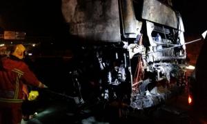 Imatge del camió incendiat a la CV-36 a Picanya