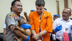 Imatge del detingut i de l'orangutan en mans de la policia