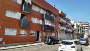 Imatge del pis del carrer de l'Escultor Juli Antoni, a Reus, on els Mossos han fet part d'aquesta operació.
