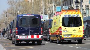 Imatge d'un furgó dels Mossos d'Esquadra i una ambulància del SEM