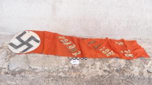 Imatge d'una bandera de record de la Legió Còndor feta a mà i robada a la Sénia