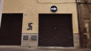 Imatge d'una de les façanes, amb simbologia independentista i una esvàstica pintada