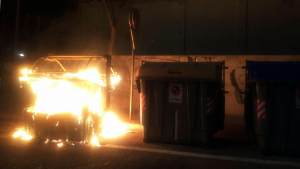 Imatge d'uns contenidors cremats al vespre de Dijous Sant.