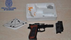 Instantánea tomada por los agentes en la que aparece el arma usada para el secuestro