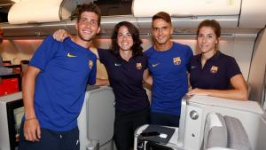 Jugadors dels equips masculins i femenins del Barça, compartint avió als Estats Units per fer-hi la pretemporada