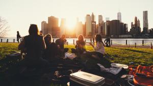 Jugar a las preguntas divertidas puede ser una buena opción para pasar una tarde con amigos en casa o al aire libre.