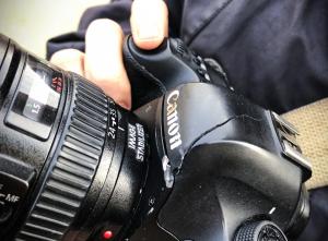 La càmara trencada del fotoperiodista de Vilaweb