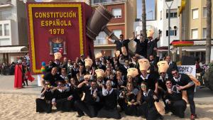 La colla Spaindereta, amb la seva carrossa al final de la rua del Carnaval de Torredembarra 2019.