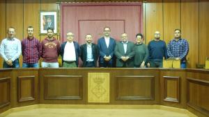 La corporació municipal de Riba-roja d'Ebre amb representants de Griñó i Urbaser després de tancar l'ampliació del conveni del dipòsit