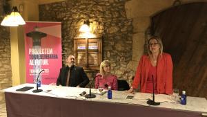 La diputada Anna Tarrés, durant la seva intervenció, sota l'atenta mirada de l'alcaldable Anna Magrinyà i del secretari primer del Parlament, Eusebi Campdepadrós.