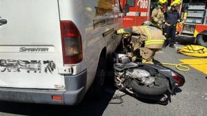 La moto quedó incrustada bajo la furgoneta en la avenida sevillana