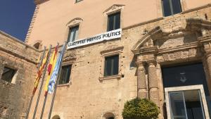 La pancarta, aquest dijous al migdia a l'Ajuntament de Torredembarra.