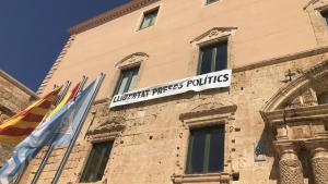 La pancarta ha estat recol·locada subjecta als ampits de les finestres.