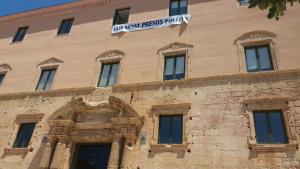 La pancarta torna a estar a la façana de l'Ajuntament de Torredembarra