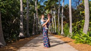 La periodista Laia Díaz amb la seva filla, en un destí per descobrir