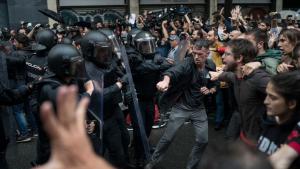 La Policia Nacional carregant contra els manifestants durant la jornada de l'1-O