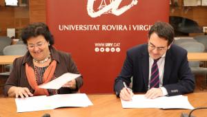 La rectora Figueras i Antoni Sisó han signat l'acord del nou màster
