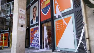 La seu de Ciutadans s'ha despertat amb pintades i els bidres trencats